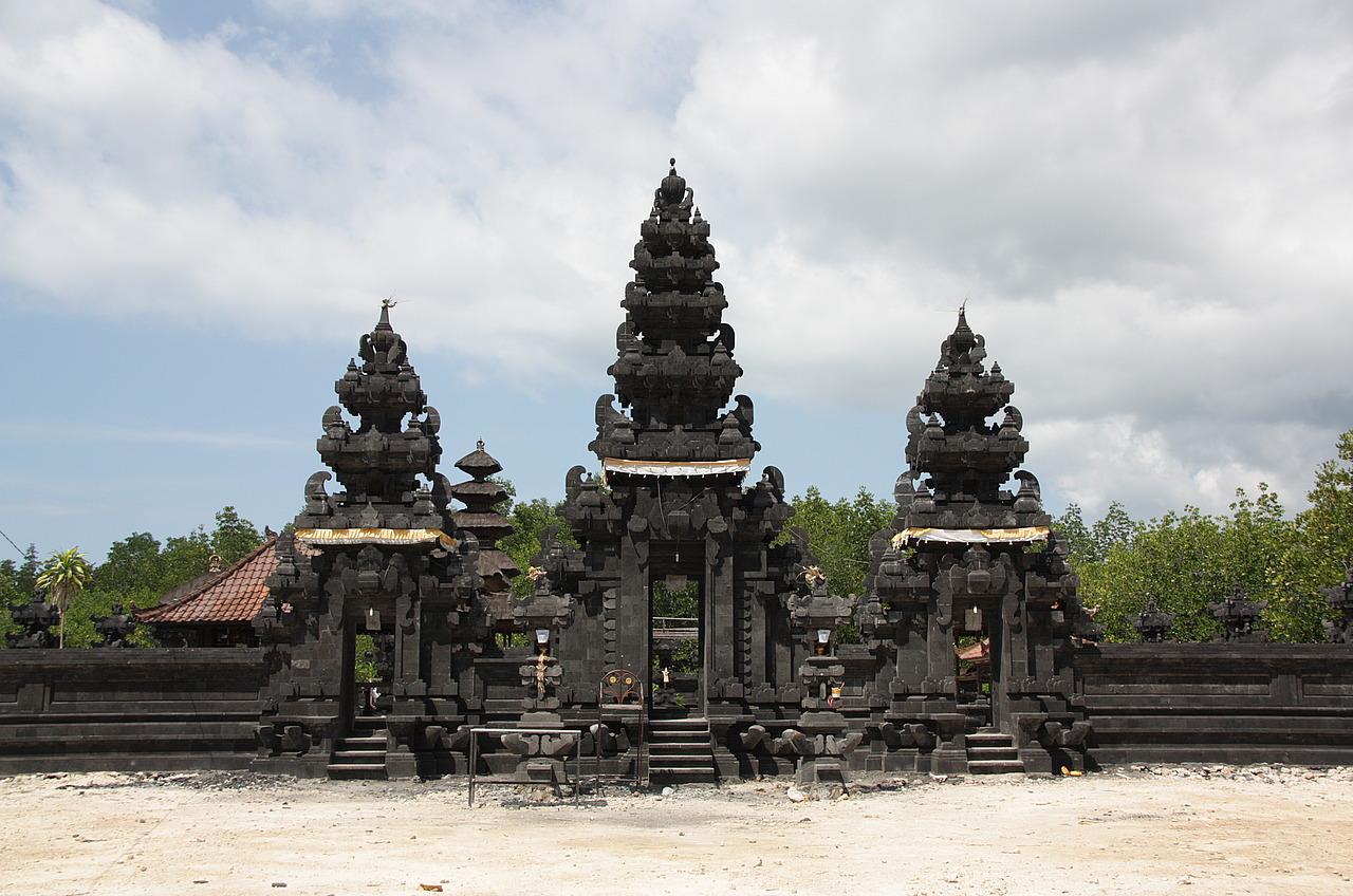Temple near Nusa Cenigan.