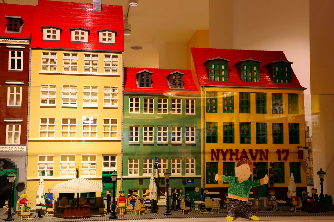 Flat Stanley by the Lego version of Nyhavn road