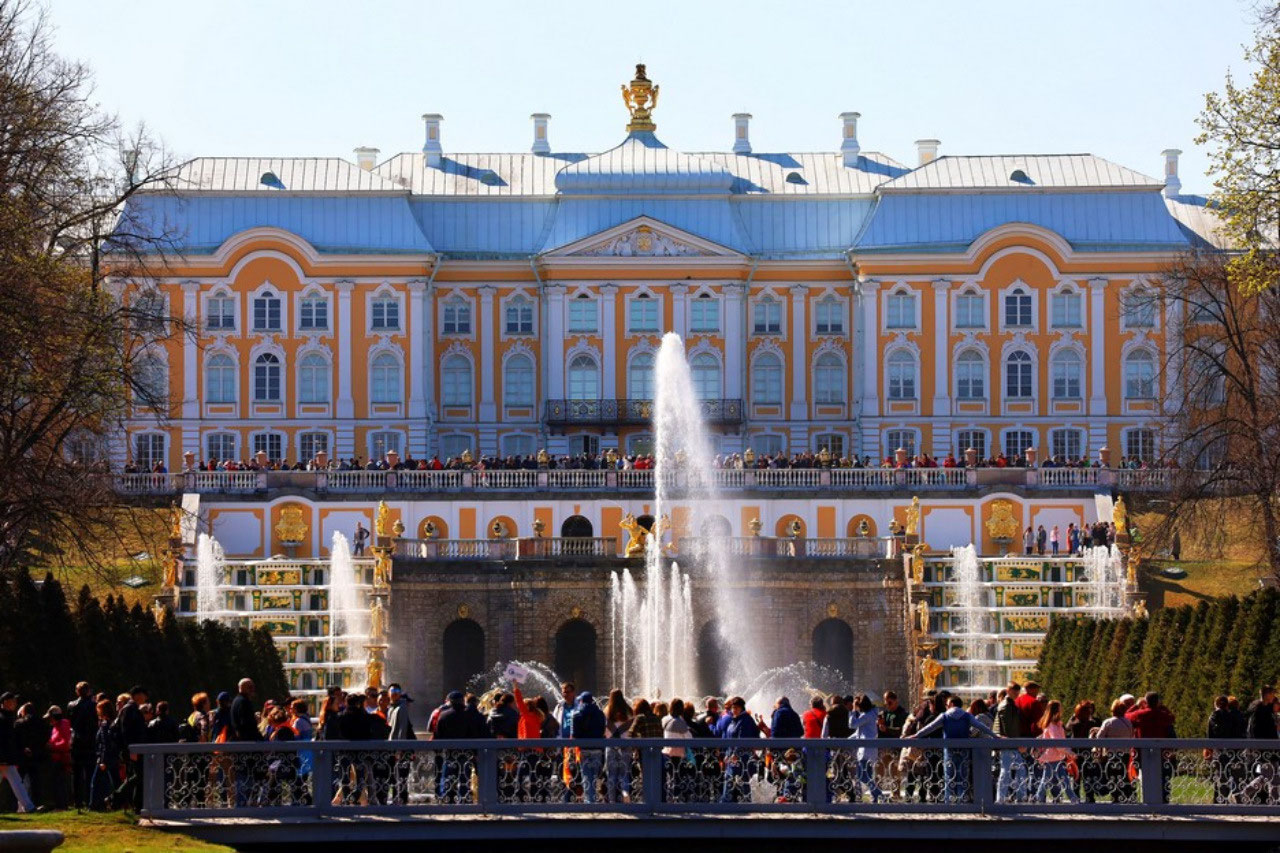 Peterhof Grand Palace and all the 'grand' people