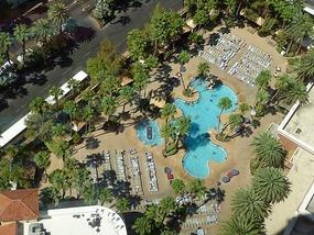 Ons zwembad vanaf de 33e etage