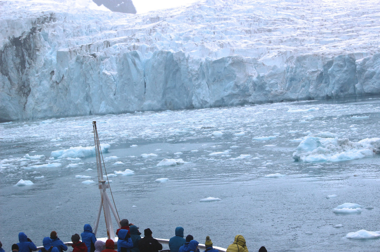 Drygalski Fjord: tidewater glacier from the ship..