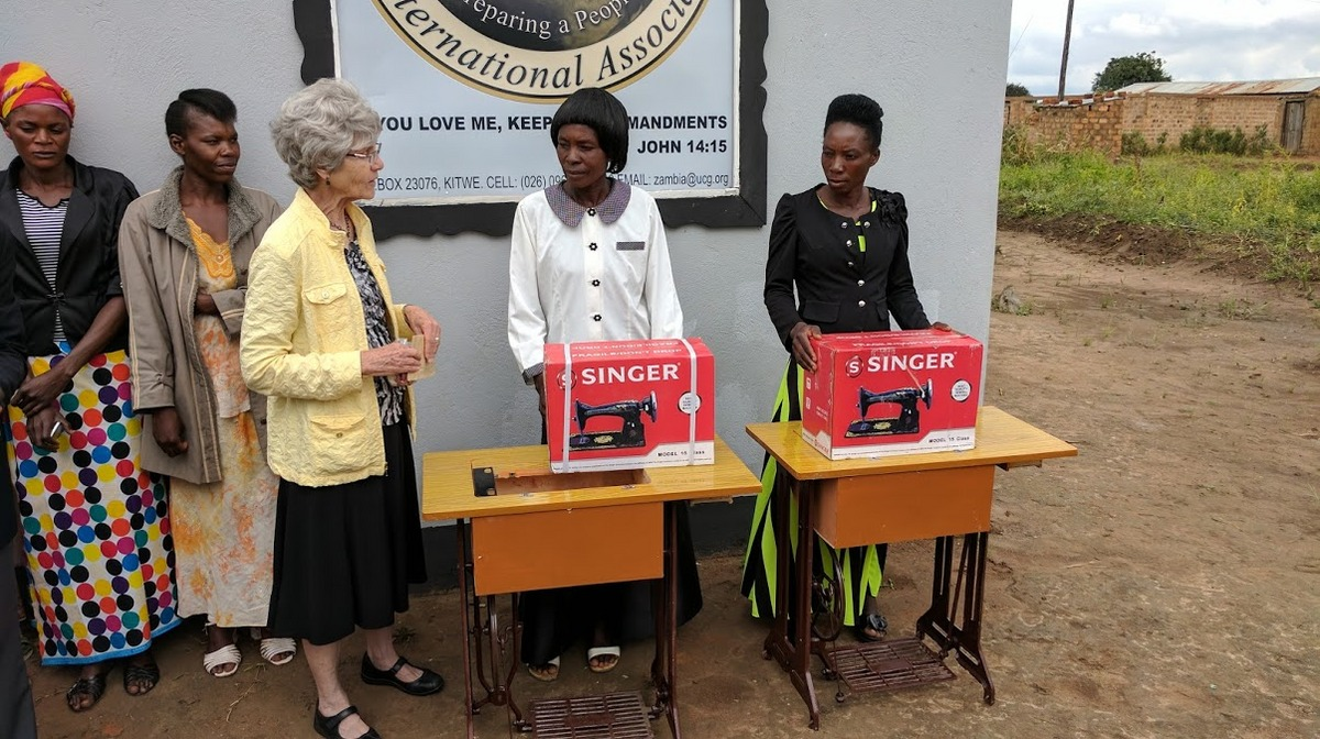 Presentation of sewing machines by Bev